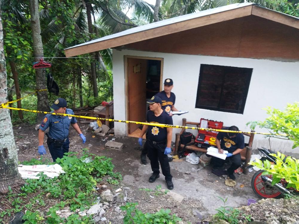 CEBU. Police at the house of Rodel Econas in Lagtang, Talisay City. (Photo from SuperBalita Cebu)