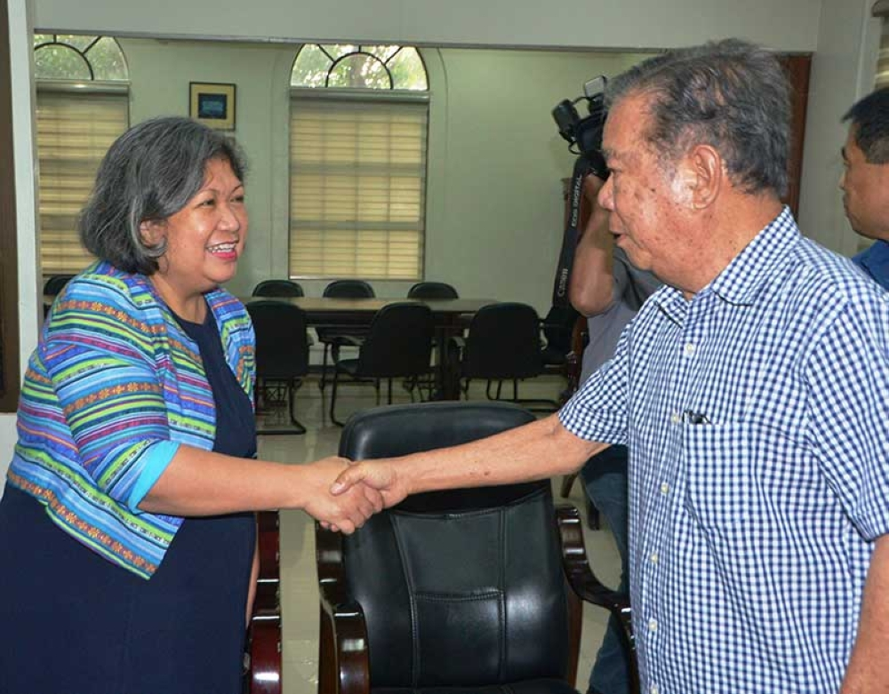 BACOLOD. Outgoing DFA Bacolod head Carol Constantino meets with Negros Occidental Governor Alfredo Marañon Jr. at the Capitol Tuesday. She thanked the governor for the dynamic partnership of the DFA and the Provincial Povernment. (Capitol Photo)