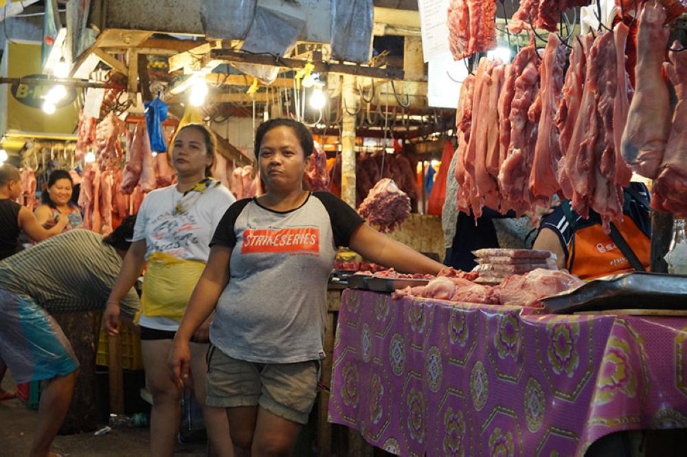 DAVAO. Mga tindera og karne sa meat section sa Bankerohan Public Market, Davao City nag-atang sa ilang mga suki ug kustomer. Ang karnehan sa Bankerohan sagad ginadayo sa daghang mamalitay gumikan presko ang mga karne diri ug miagi gayod sa National Meat Inspection Service (NMIS). (Aeon Louis Fabro/UIC intern)