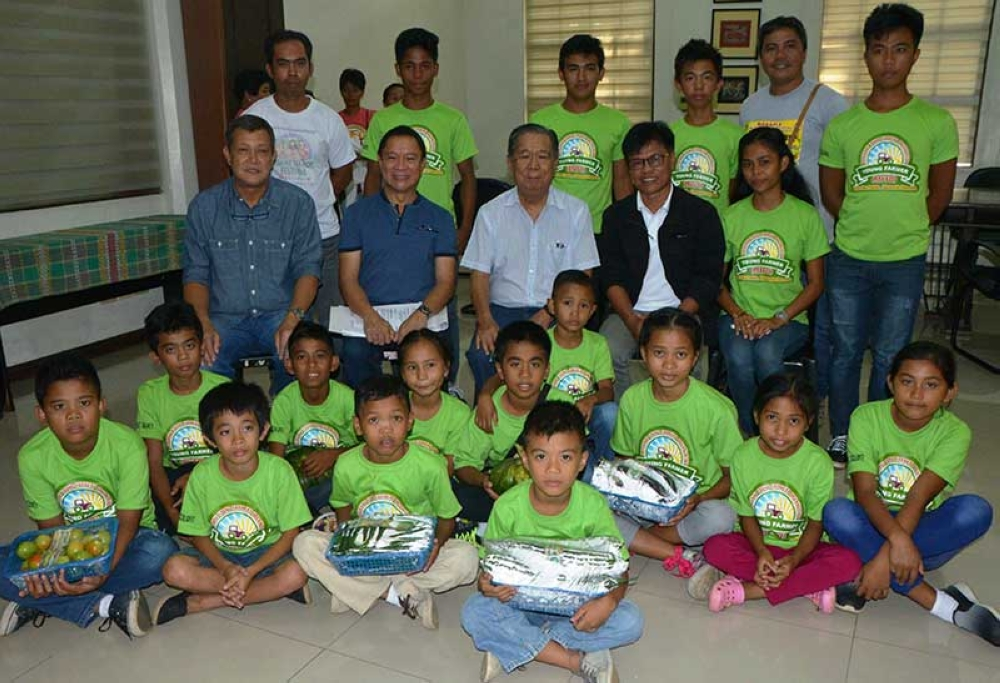 MANAPLA. Negros Occidental Governor Alfredo Marañon Jr. (seated, center) together with the members of the Myrianne Young Farmers Organization at the Capitol Wednesday, July 18. Also in photo are Provincial Agriculturist Japhet Masculino, Manapla Municipal Agriculturist Alan Malijoc, and Executive Assistant to the Governor Manuel Escalante III. (Contributed Photo)