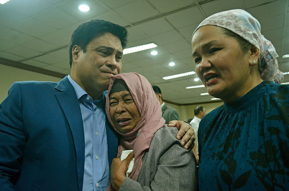 MANILA. Senate Majority Leader Juan Miguel Zubiri comforts Muslim women who cried as the congressional bicameral conference panel approved on Wednesday, July 18, the bill that will grant greater autonomy to a new Bangsamoro region. (Al Padilla/SunStar Philippines)