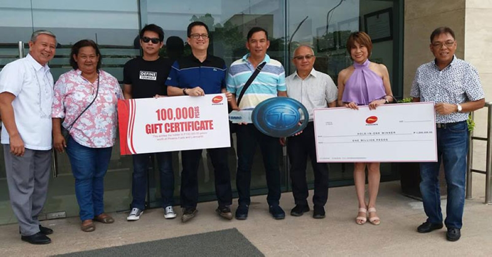 DAVAO. Phoenix Petroleum chairman Domingo Uy (third from right), awards hole-in-one prizes to Ivan Nakila, (fourth from right).  Also in picture are SVP for external affairs, business development, and security Raymond Zorrilla (fourth from left), and Pioneer Insurance First Vice President for Mindanao branches Richmond Alejo (rightmost). Joining them are Phoenix PULSE Technology Amateur Golf Tournament organizer Liloh Evangelista (second from left), Phoenix-UDENNA Insurance Brokers VP for Operations Ernie Ortonio (leftmost). (Contributed Photo)