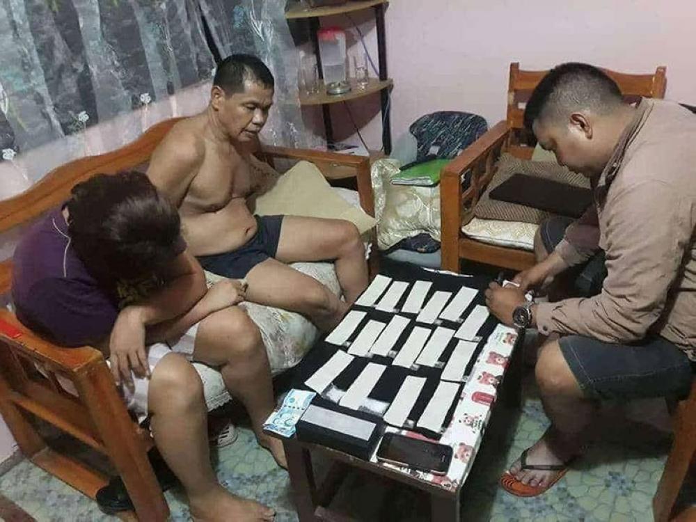 DAVAO. Giimbentaryo sa operatiba sa Sta. Ana Police Station ang mga ebidensiya nga shabu nga nakuha gikan sa posisyon sa mag-asawa atol sa drug bust, Miyerkules sa gabii sa Sandawa, Davao City. (Sta. Ana PNP)