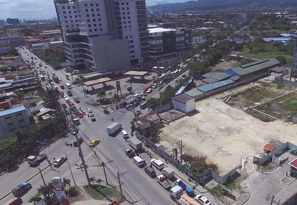 UN Ave. aerial view. Mao kini ang aerial view sa UN Avenue, dakbayan sa Mandaue diin gikatakda nga himoan og underpass. (Gikan sa DPWH 7)