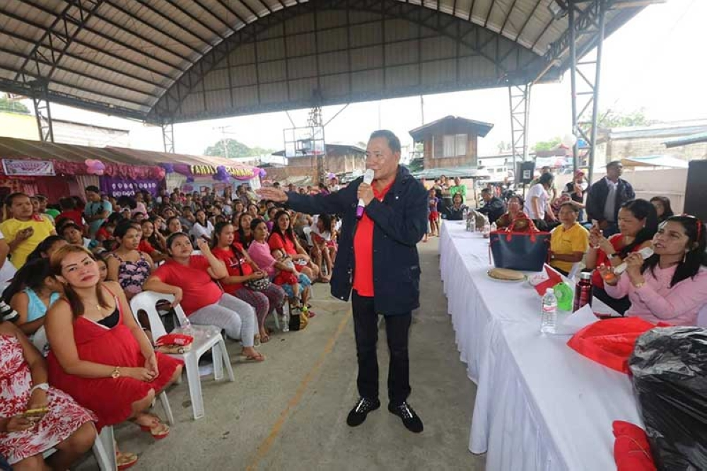 SAN SIMON. Former San Simon Mayor Rodrigo Canlas, San Simon Mayor Leonora Wong and Committee on Health Chairman Councilor Glenn Yabut emphasize the value of family planning and responsible parenting during yesterday's Buntis Congress at the San Jose Covered Court. (Chris Navarro)
