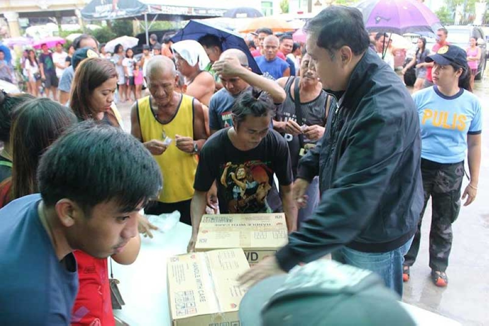 PAMPANGA. Masantol Mayor Danilo Guintu, together with Sangguniang Bayan members, distributed relief boxes to 2,000 flood victims in the Metro Plaza area at the municipal hall grounds Thursday morning. (Princess Clea Arcellaz)