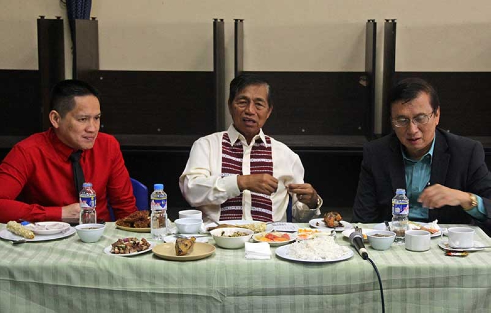BAGUIO. In spite of differences in political colors and principle, Mayor Mauricio Domogan(center), Congressman Marquez Go (right) and Vice Mayor Edison Bilog attend and work together during executive-legislative meeting to thresh out various issues and problems besetting Baguio. (Bong Cayabyab)