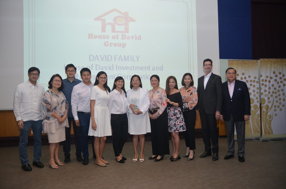 PAMPANGA. (From L-R) JGSOM Dean Dr. Luis Dumlao and Vice President for the Loyola Schools Dr. Maria Luz Vilches join members of the David Family namely Jose Paolo D. Carlos, Jose Emmanuel D. Carlos, Christine D. Carlos, Therese D. Carlos, Teresa David-Carlos, Susan David-Nunga, Mia Bianca D. Nunga and Zabrina D. Nunga.  Union Bank Chairman Justo A. Ortiz, and Union Bank President and CEO Edwin Bautista during the Philippine Family Business Awards. (Contributed Photo)