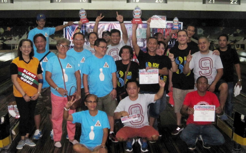 BACOLOD. Triangular bowlfest champions gather for a souvenir photo during the awarding ceremony at Negros Super Lanes. (Henry G. Doble)