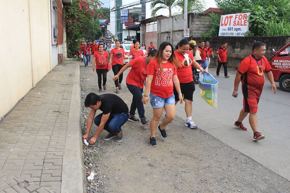 "CAGAYAN DE ORo. City hall workers and senior high school students pick up garbage while jogging last Friday, July 20, as part of Clenro's anti-littering campaign dubbed as ""plogging."" (Photo from Cagayan de Oro City Government Facebook page)"
