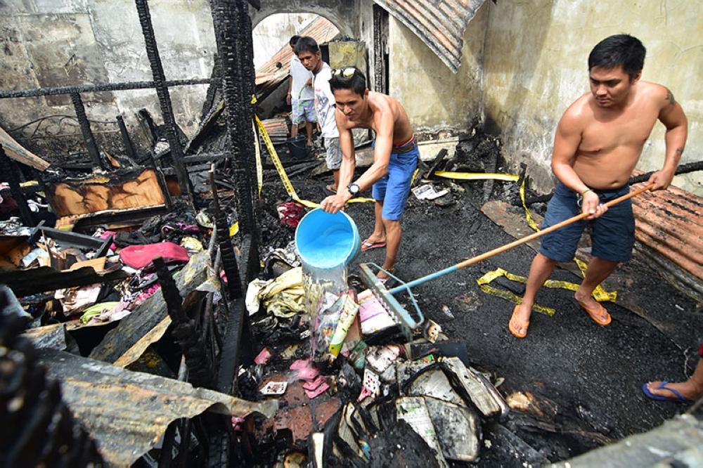 DAVAO. Hulagway sa nahabilin sa sunog kagahapon didto sa Buhangin, siyudad sa Davao. (Macky Lim)