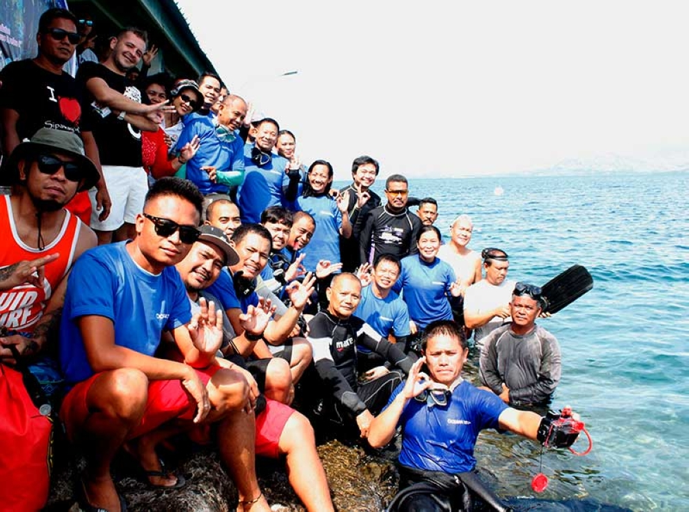 SAN CARLOS. Professional scuba divers prepare for their dive to retrieve underwater garbage in Sipaway Island, San Carlos City. (Contributed Photo)
