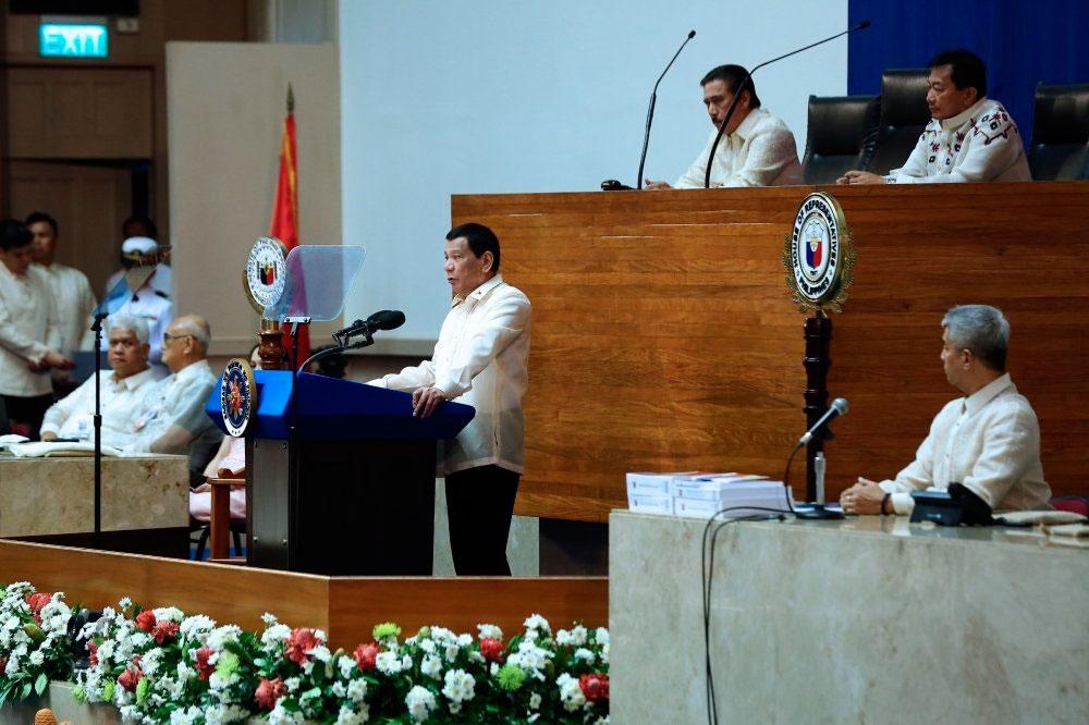 SONA. Niadtong Lunes gihimo ni President Rodrigo Duterte ang iyang State of the Nation Address diin gitumbok kini Cebu Archbishop Jose Palma gibalikbalik ra ang gipresentar sa presidente. (Sun.Star File Foto)