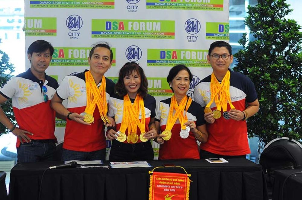 MGA sakop sa Philippine Ballroom Amateur League (Fiba-AL) maikagong miposing ug mipakita sa ilang mga medalya atol sa Davao Sportswriters Association (DSA) Forum sa Annex sa SM City Davao. SETH DELOS REYES, DSA