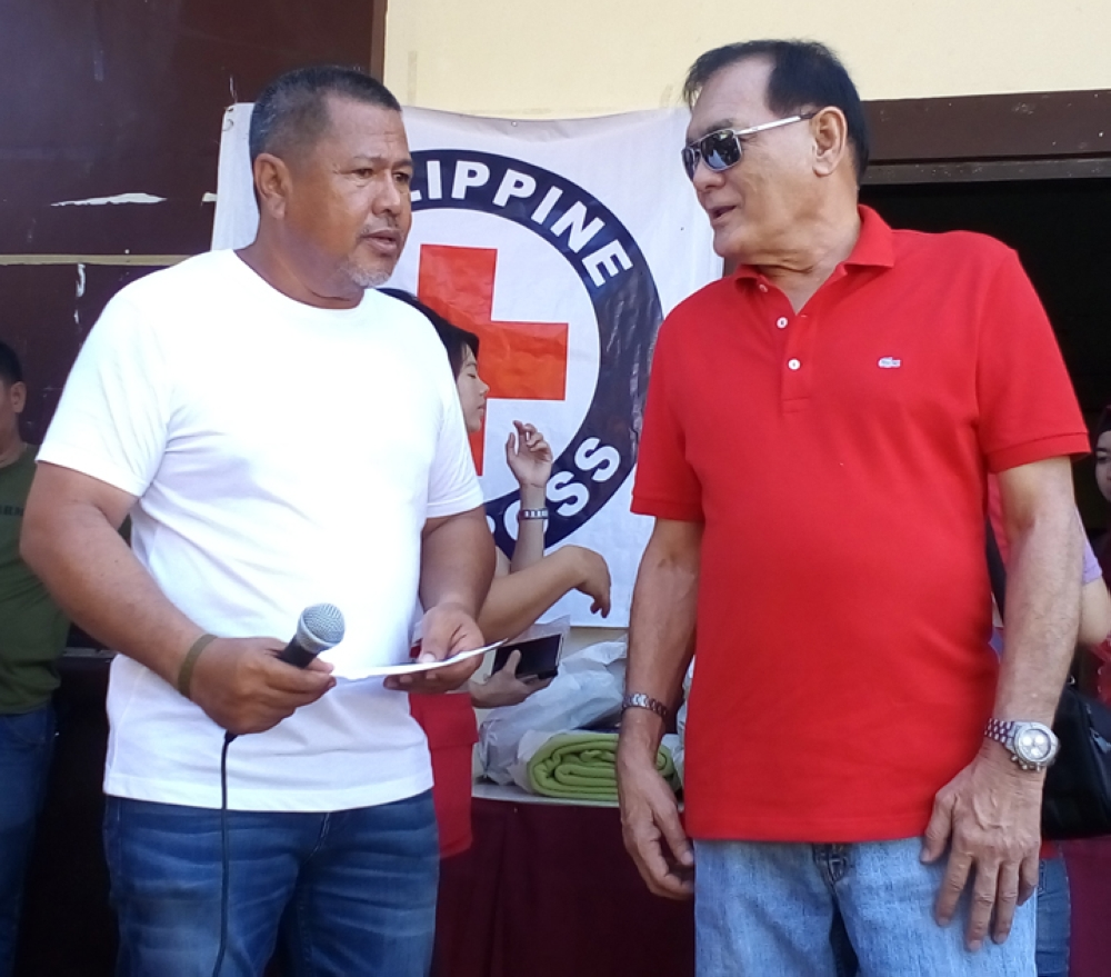 ZAMBOANGA. First district Representative and Philippine Red Cross (PRC) Governor Celso Lobregat (right) and Labuan Village Chief Ronald Maravilla talk about the plight of the fire victims as the PRC on Sunday, July 29, distribute relief aid to the displaced families. (Bong Garcia)