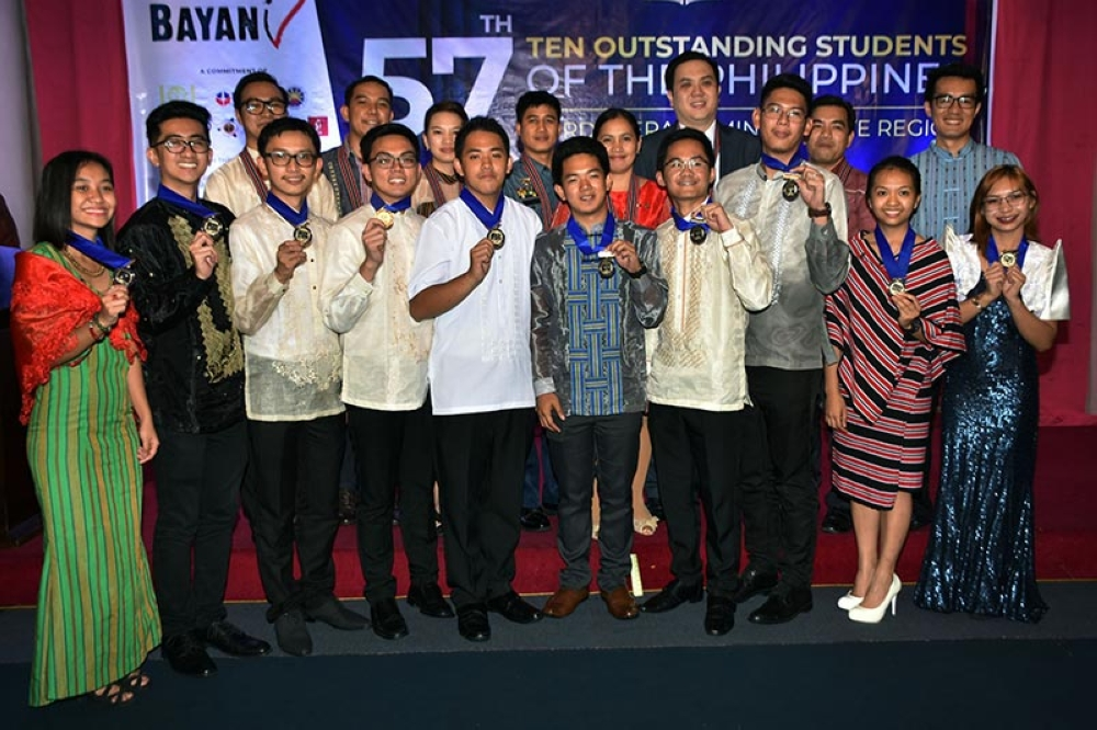 BAGUIO. The Ten Outstanding Students of the Philippines-Cordillera were presented during the 57th TOSP-CAR awarding ceremony at the Hotel Supreme in Baguio City together with the Regional Executive Committee of the TOSP-CAR and the judges of this year's search. (Redjie Melvic Cawis)