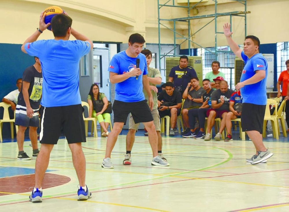 DRILL. SBP's Jong Uichico explains some of the drills during the first day of the coaches' clinic and accreditation seminar in the Paref Springdale gym.  (SunStar photo / Ruel Rosello)