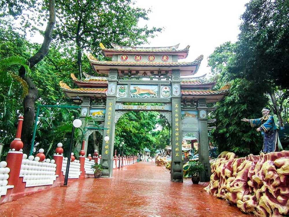 BACOLOD. The archway. Notice the pictures of the tigers on them. (Claire Marie Algarme)