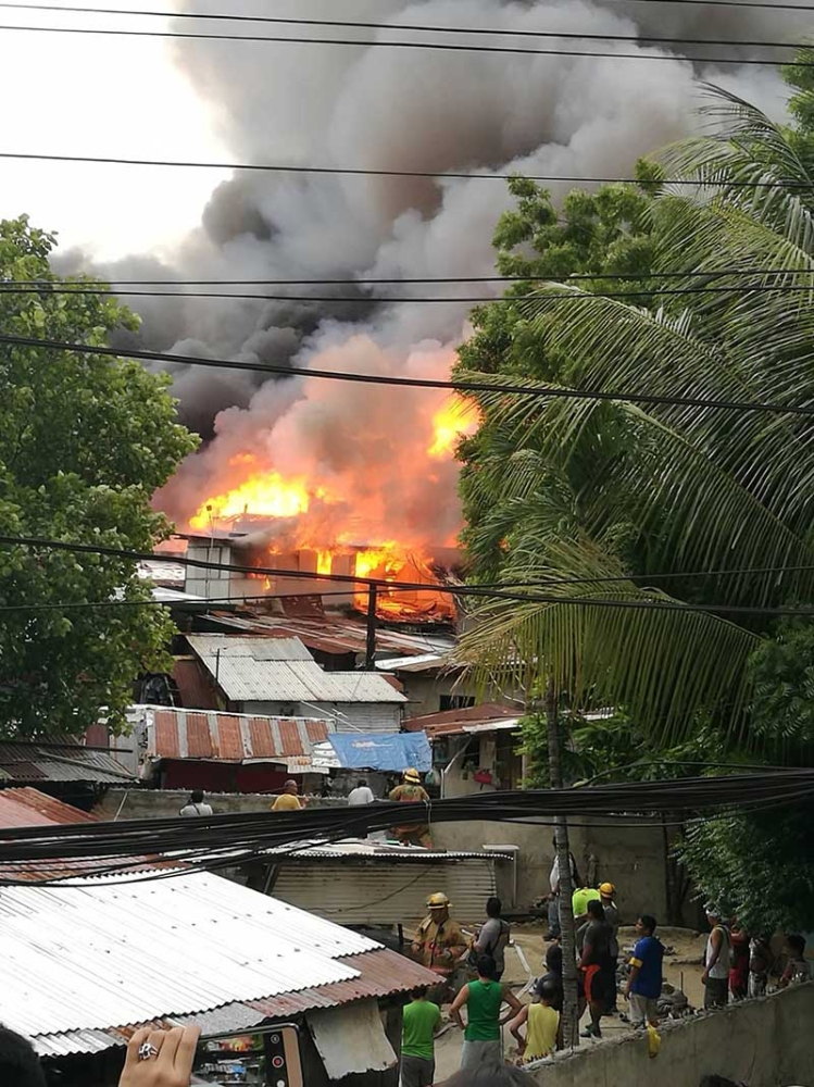 188 houses gutted down by fire in Brgy  Kamputhaw - SUNSTAR