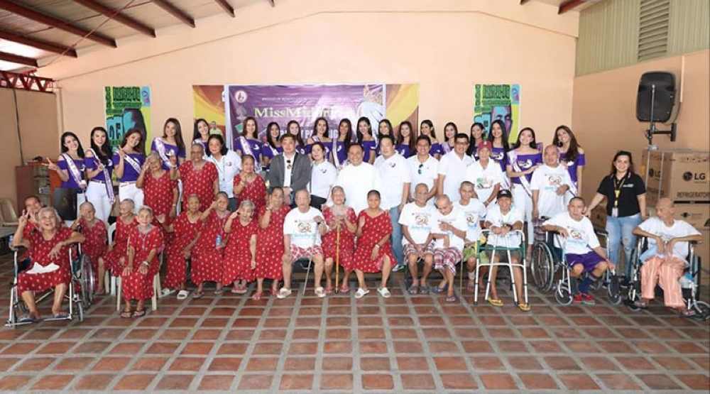 PAMPANGA. Miss Midori Clark 2018 candidates together with executives of Midori Hotel and Casino and Bridges of Benevolent Initiatives Foundation Inc. donated appliances and goods to elderly of Bahay-Pag Ibig in Barangay Telabastagan, City of San Fernando the other day. (Chris Navarro)