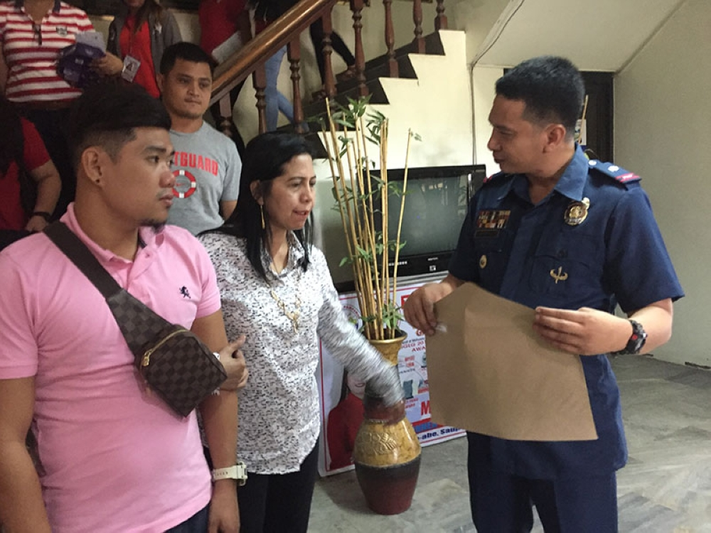 PAMPANGA. Mayor Leonora Wong commends the swift action of police headed by Chief Inspector Louie Gonzaga, supported by Barangay Sto. Niño officials, against four suspects who attempted to distribute counterfeit cigarettes in the town. (Photo by Princess Clea Arcellaz)