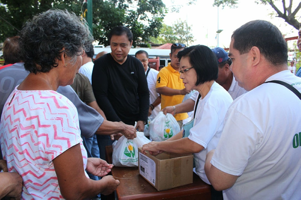 PAMPANGA. Representatives of the Philippine Amusement Gaming Corporation assisted Mayor Danilo Guintu in distributing relief packs to flood victims on August 6, 2018. (Photo by Princess Clea Arcellaz)