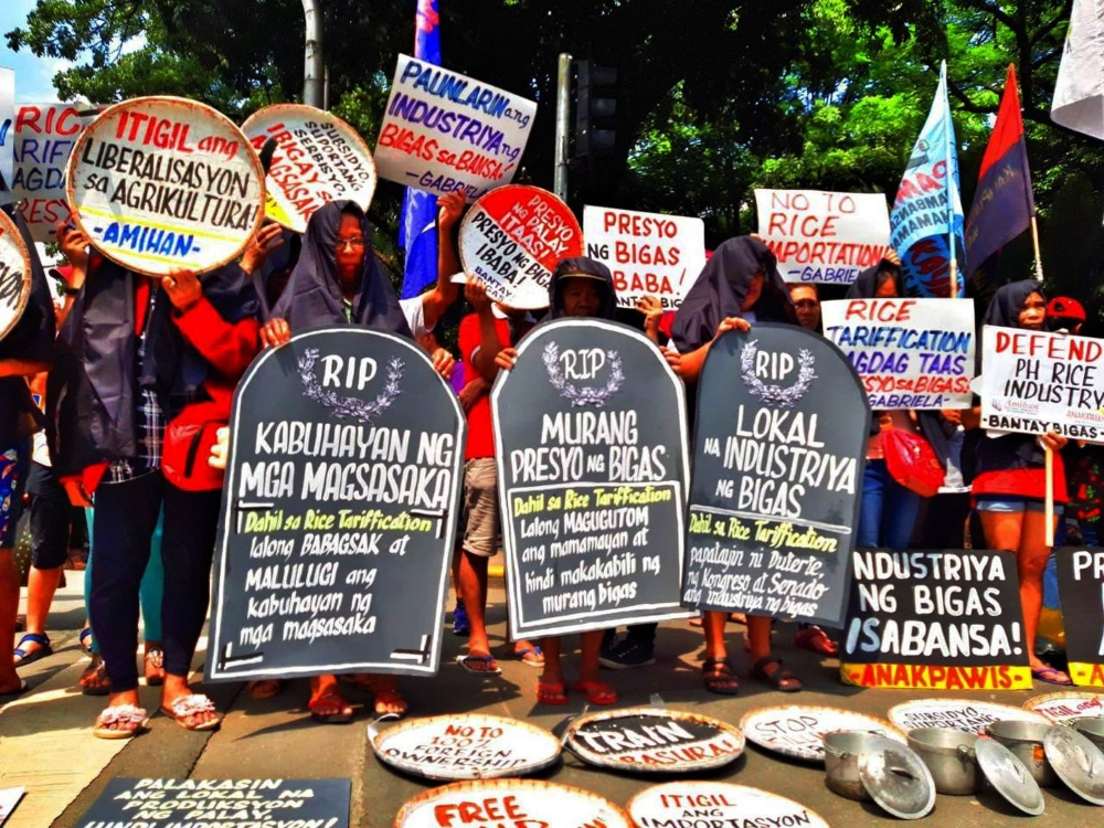MANILA. Protesters from the National Federation of Peasant Women (Amihan), Anakpawis Partylist and Bantay Bigas display empty rice pots to dramatize their objection to House Bill 7735 or the Agricultural Tariffication Act on August 6, 2018. The government's economic team is pushing for rice tarrification to bring down the price of the staple. (Alfonso Padilla/SunStar Philippines)