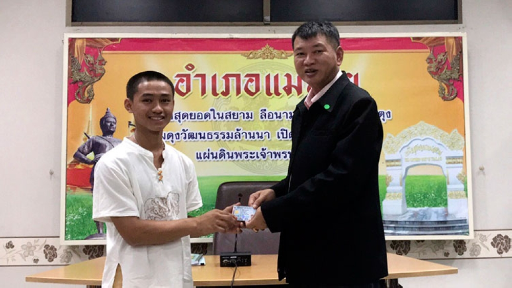 THAILAND. In this release by Chiang Rai Public Relations Office, Adul Samon (left) receives an identity card denoting Thai citizenship from Somsak Kunkam Sheriff of Mae Sai during a ceremony in Mae Sai district, Chiang Rai province, northern Thailand, Wednesday, August 8, 2018. (AP)