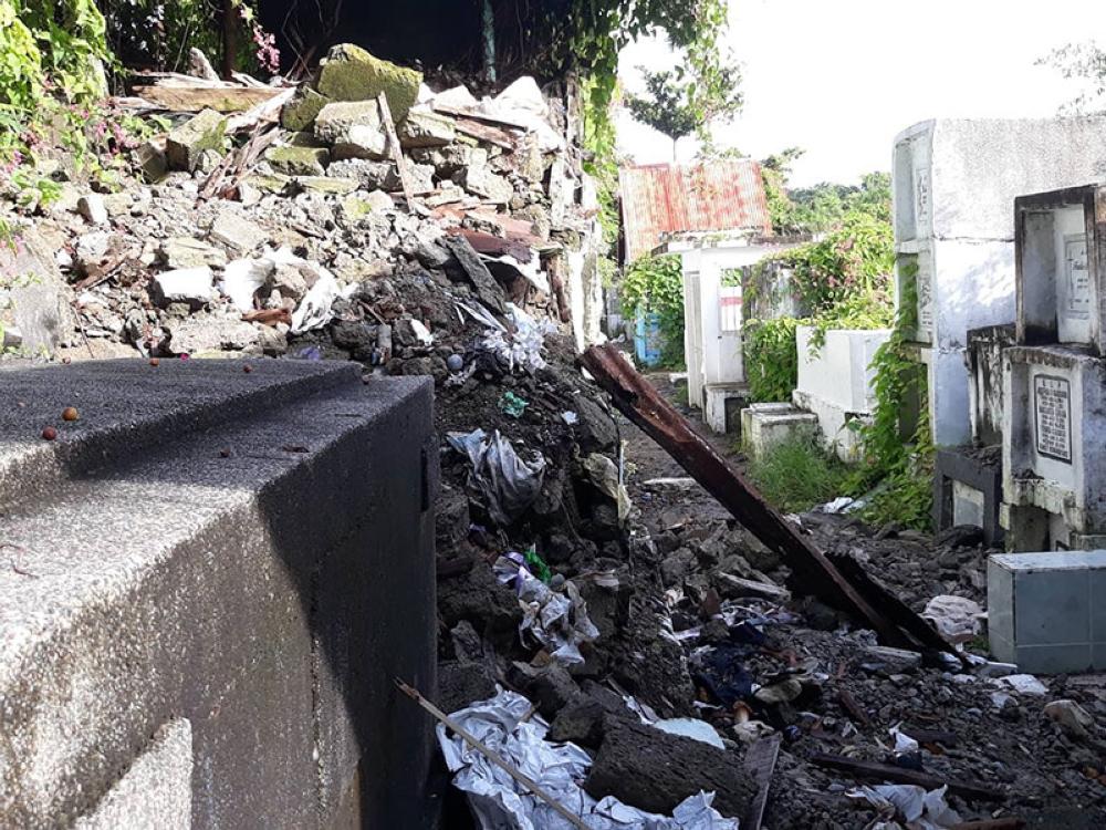 ILOILO. Collapsed tombs at Tanza Public Cemetery. (Flo Navarrete, RMN Iloilo)
