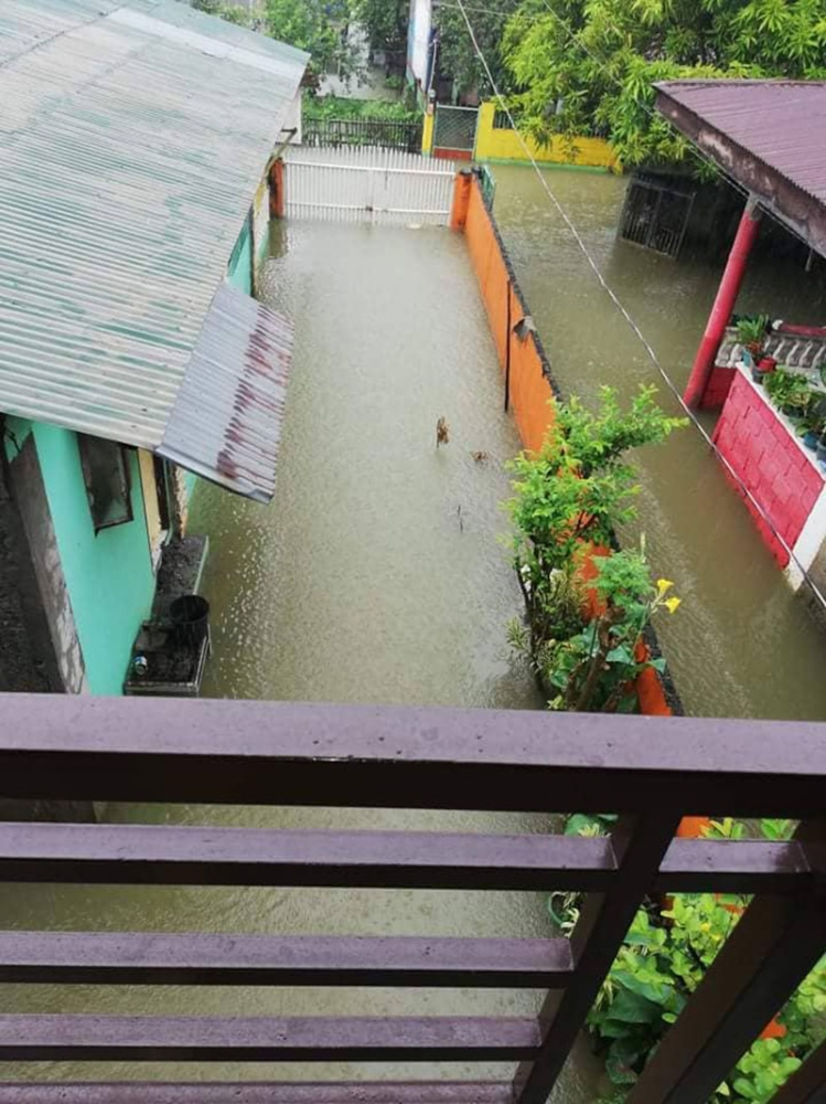 BULACAN. Floodwaters have not subsided in Calumpit, Bulacan (Photo courtesy of Jennifer Naranjo)