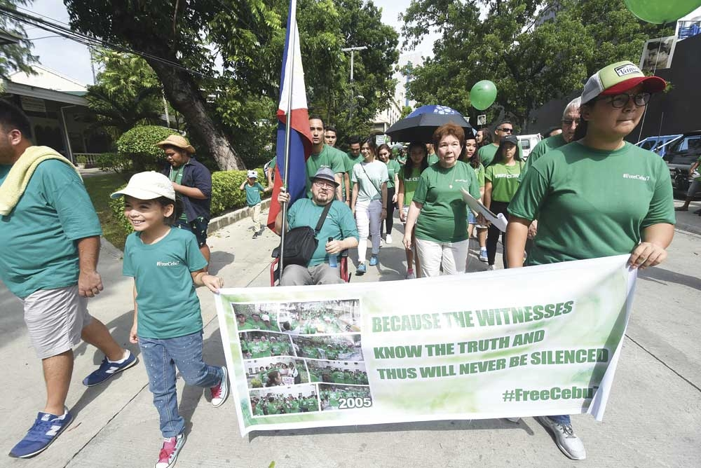 """SPEAKING FOR THE SEVEN. Relatives and friends of Francisco """"Paco"""" Larrañaga and 6 other men convicted in 1999 for the kidnapping and detention of the Chiong sisters begin a prayer-walk in Cebu City to seek a review of the case. (SunStar foto/Ruel Rosello)"""