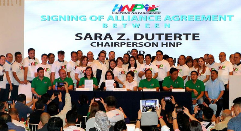 PAMPANGA. Kambilan chairperson Gov. Lilia Pineda and Hugpong ng Pagbabago chairperson Davao City Mayor Sara Duterte and vice president Davao Occidental Gov. Claude Bautista signed Monday the alliance between the two political parties. Joining them were Senator Cythia Villar, Maguindanao Rep. Dong Mangundadatu, Vice Gov. Dennis Pineda, PML President Lubao Mayor Mylyn Pineda-Cayabyab, mayors Cris Garbo, Malu Paras-Lacson, Carling Dela Cruz, Nardo Velasco, Dagi Salalila; Edwin Santiago, Bon Alejandrino, Ross Gamboa, Teddy Tumang, Asyong Macapagal, Edgar Flores, Peter Nucom, Dan Guintu, Leonora Wong, Annette Balgan, former mayors Digos Canlas and Jun Tetangco, board members Dinan Labung, Jun Dimson, Art Salalila, Benny Jocson, Cherry Manalo, Fritzie David Dizon, Ton Torres, Jun Canlas and Nelson Calara, vice-mayors Dexter David, Medy Nolasco, Jimmy Lazatin, Ninang Ronquillo, Diman Datu and Tito Salvadory. (Chris Navarro)