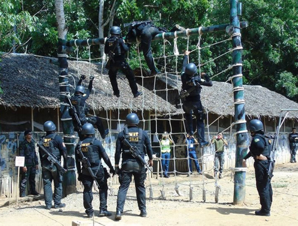 ZAMBOANGA. The PRO-Zamboanga Peninsula holds a 4-day Special Weapons and Tactics (Swat) team competition to test the capability of the different Swat teams. Shown in the photo is the obstacle course category. (Bong Garcia)