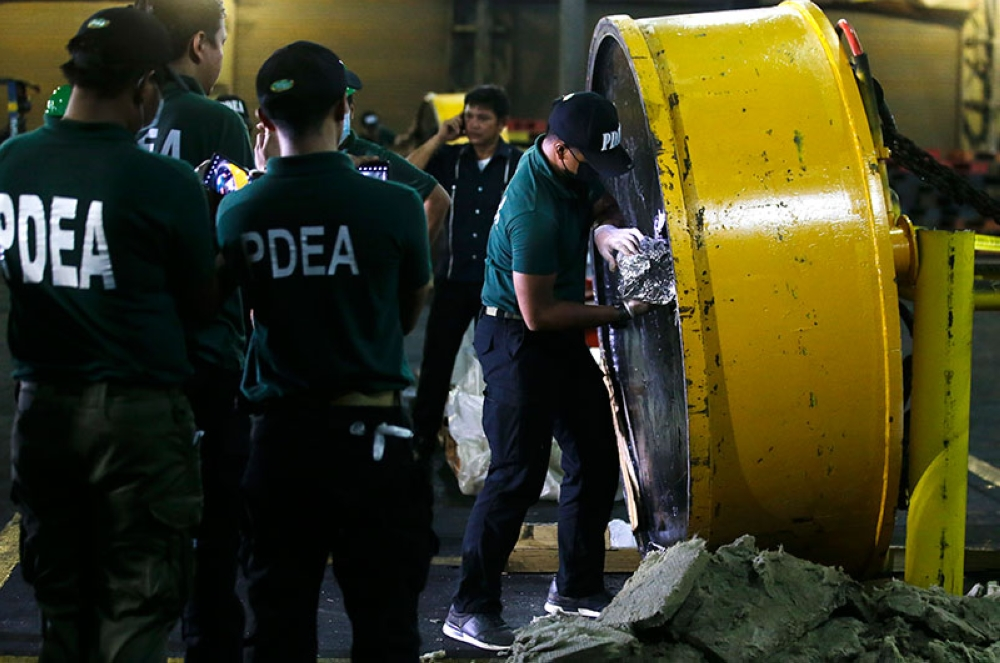 MANILA. Anti-narcotics operatives open one of the magnetic lifters at the Manila International Container Port on August 7, 2018. (File Photo)