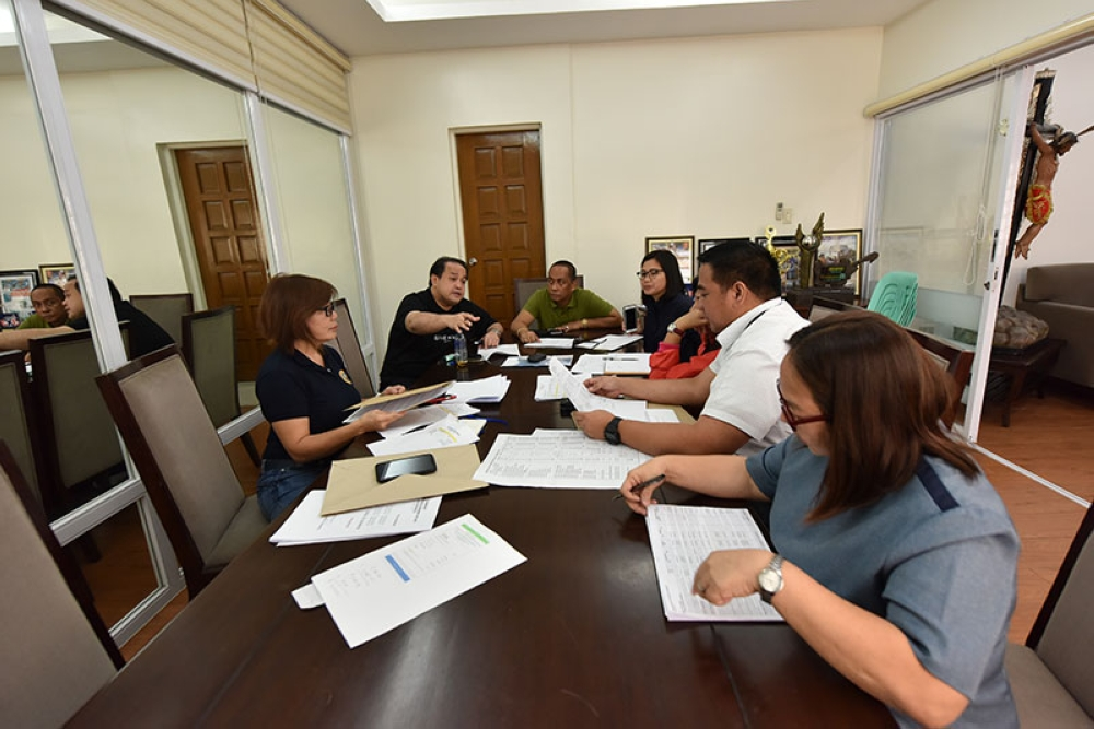 PAMPANGA. Vice Governor Dennis Pineda called for an emergency meeting the other day to source out the budget for 30,000 food packs to be distributed in towns affected by monsoon rains. Together with him are Provincial Administrator Atty. Andres Pangilinan, Jr., PDRRMO head Angie Blanco, Provincial Budget Officer Rima Bondoc, Provincial Accountant Kathleen Sigua, PSWDO head Elizabeth Baybayan and General Services Office-OIC Francis Maslog. (Jun Jaso/Pampanga PIO)