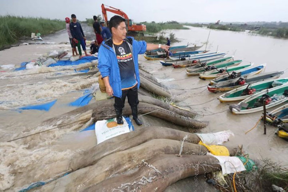 PAMPANGA. Sto. Tomas Mayor John Sambo supervises the use of 17 waterpumps aboard boats to drain floodwater from the San Fernando-Sto.Tomas-Minalin tail dike. The flooding intervention allowed a one meter high allowance and prevented the overtopping of the tail dike. (Chris Navarro)