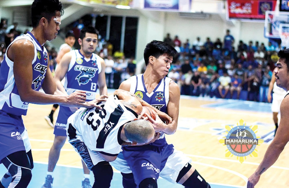 BATTLE. Cebu City Sharks' Garciano Puerto battles Mark Yee for the rebound during their MPBL match. (PHOTO GRABBED FROM MPBL FACEBOOK PAGE)