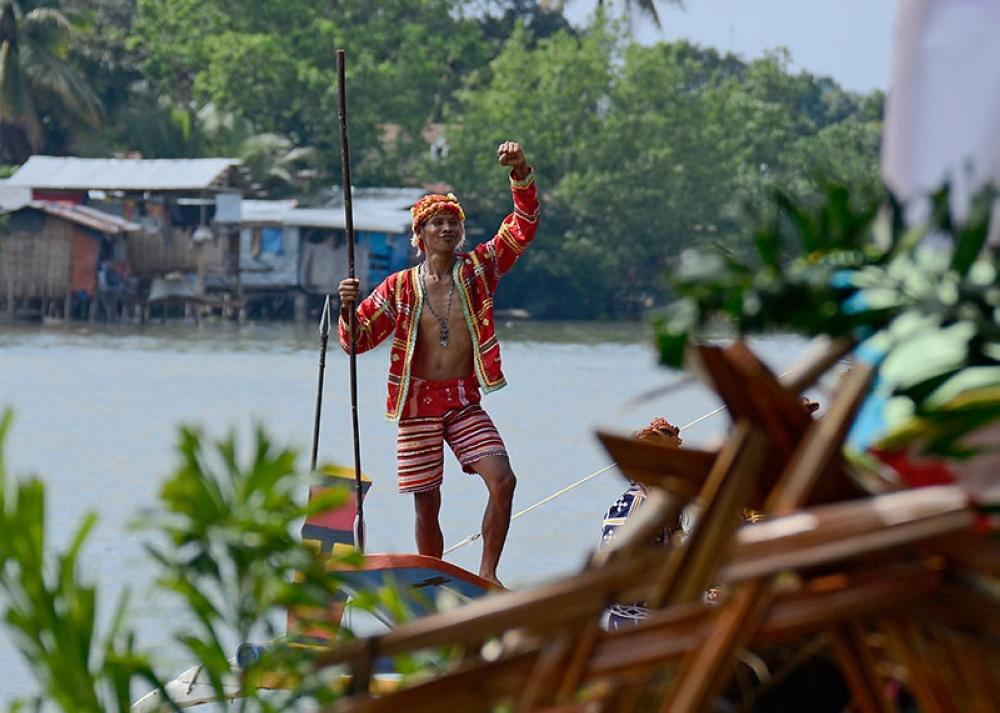 A Lumad raises his hand to show strength during last year's Subang Sinugdanan sa Kadayawan. (File Photo)
