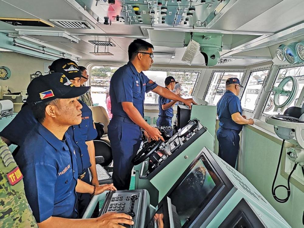 """DAVAO. Mga opisyal sa BRP Tubataha sa Philippine Coast Guard nangandam sa pagdunggo sa barko sa Sta. Ana Pier, dakbayan sa Davao human sa """"simulation exercise"""" sa kadagatan sa Davao City Huwebes sa buntag, Agosto 16. (Macky Lim)"""
