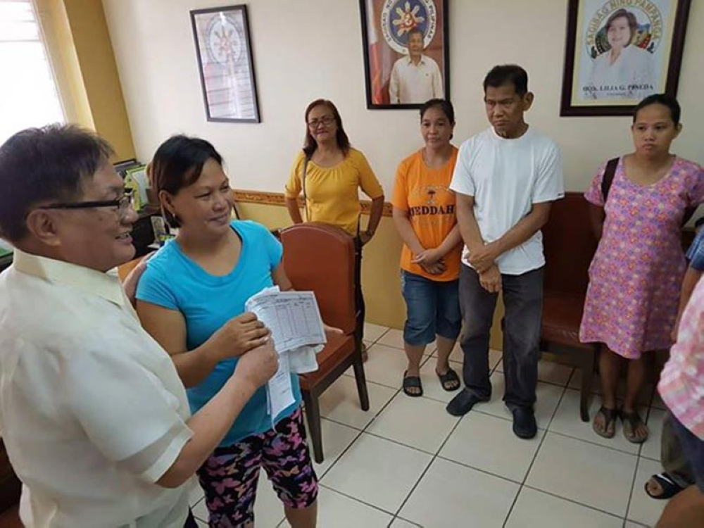 PAMPANGA. Three-term Porac Mayor Carling Dela Cruz distributed on Wednesday, August 15, financial and medical assistance to indigent constituents as part of the local government units social program. (Photo by Chris Navarro)