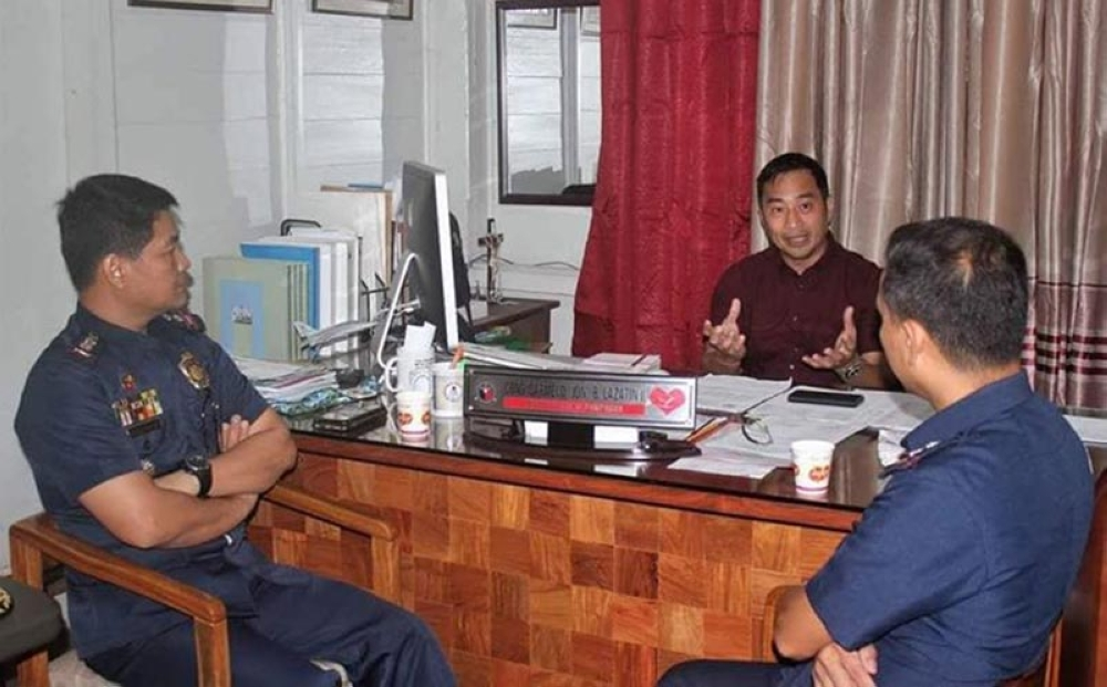 "PAMPANGA. First District Congressman Carmelo ""Jon"" Lazatin II got a courtesy call last Tuesday from PSenior Supt. Nicolas S. Salvador (L), PNP Pampanga provincial director and PSupt. Ruel Cagape, Mabalacat City police chief. (Photo by Chris Navarro)"