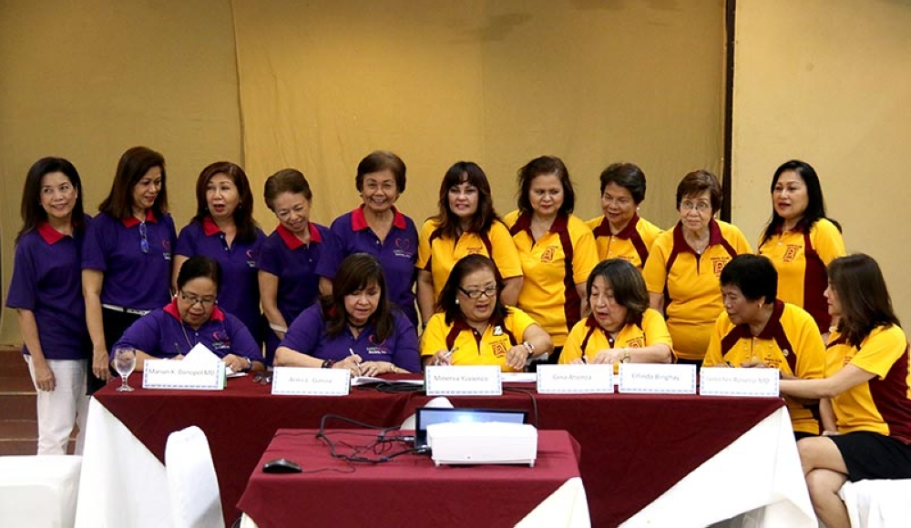MOA SIGNING. Members and officers of Zonta Club of Cebu1 ( in yellow shirts,  right), and Sweet Alert Society Inc. (in blue shirts, left) sign a memorandum of agreement for their public health diabetes awareness campaign among women with diatetes or at risk for diabetes by holding a World Diabetes Day conference in Cebu City on Nov. 14. In photo are (seated, from left) Dr. Marian Dinopol,  vice president of Sweet Alert Society;  Armi Garcia, president of Sweet Alert Society; and Zonta Club officers Minerva Yuvienco-president; Gina Atienza-vice president; Erlinda Binghay-sgt. at arms, and Jennifer Rosello-PRO. (SunStar photo / Alex Badayos)