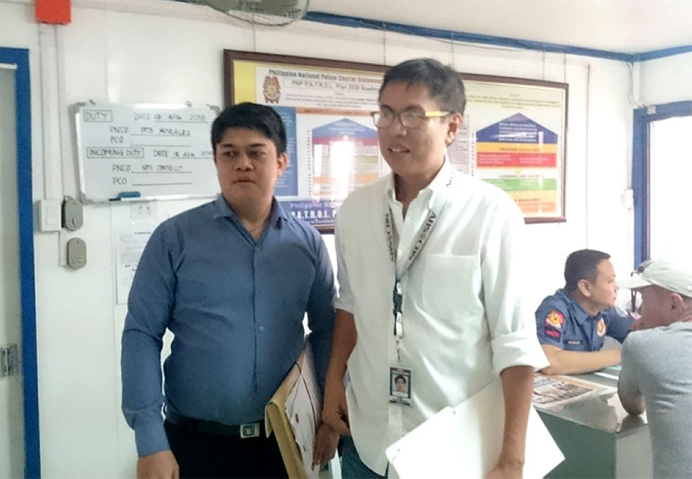 CEBU. Broadcaster Leo Lastimosa with his counsel at the Criminal Investigation and Detection Group-Central Visayas office on Friday, August 17, 2018. (Kevin A. Lagunda)