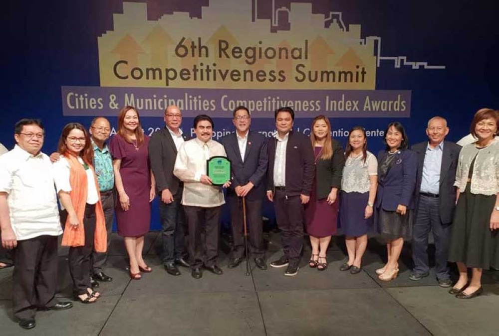 """MANILA. Mayor Evelio Leonardia, along with the other officials, accepts the award for Bacolod as the """"3rdMost Improved Highly Urbanized City"""" from NCC co-chairGuillermoLuz at the 6thAnnual Regional Competitiveness Summit and Awards ceremony at the Philippine International Convention Center (PICC) in Pasay CityThursday. (Contributed Photo)"""