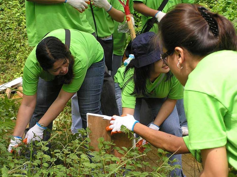 Volunteers happily plant more trees in Arroceros Park. (Claire Marie Algarme)