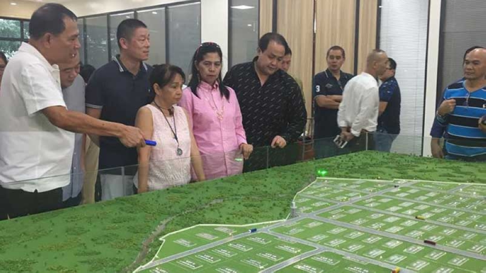 PAMPANGA. San Simon former Mayor Rodrigo Canlas and Mayor Leonora Wong show to House Speaker Gloria Macapagal-Arroyo and Vice Governor Dennis Pineda the miniature model of the Global Aseana 2, the newest multi-billion peso investment in San Simon town. With them is Global Aseana chairman Jerry Sy. (Princess Clea Arcellaz)