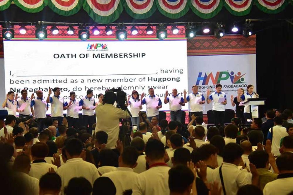 DAVAO. Makita nga nanumpa ang giimbita nga mga bisita ang pito ka posibleng senatorial candidates sa administrasyon sa midterm elections sunod tuig ug ang ubang mga politiko sa rehiyon samtang sa laing hulagway namulong si Davao City Mayor Sara Duterte kinsa chairperson sa Hugpong Ng Pagbabago (HNP) ug suma niya, wa siya magdahom nga mokabat kapin kun kulang 7 mil ang nagpa-miyembro sa maong regional party sa SMX Convention Center, SM Lanang Premiere, Davao City, Biyernes, Agosto 17. (Macky Lim)