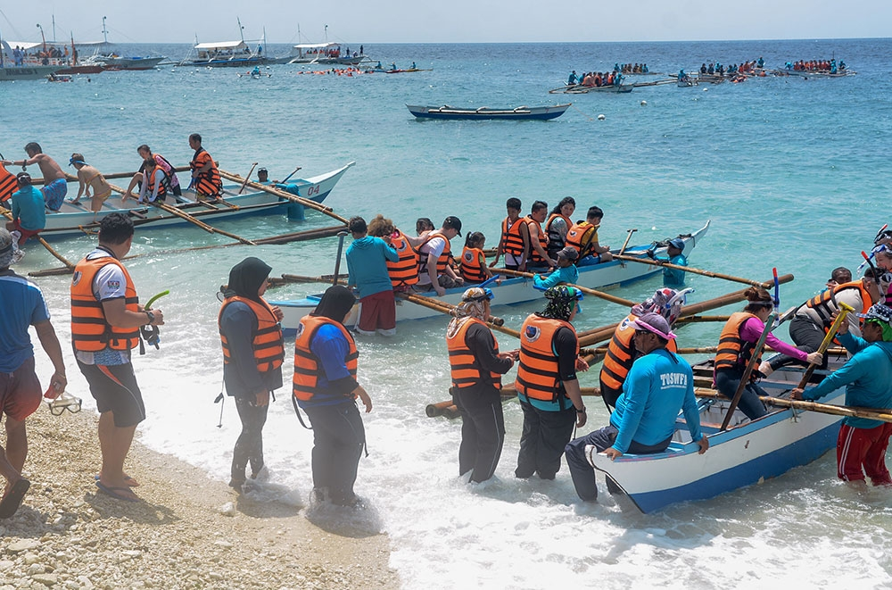 Taxing. It's fun but can be a bit tiring, swimming with the whale sharks in Oslob. Now, town officials have to deal with another taxing aspect of the tourist attraction. (Sunstar Foto / Arni Aclao)
