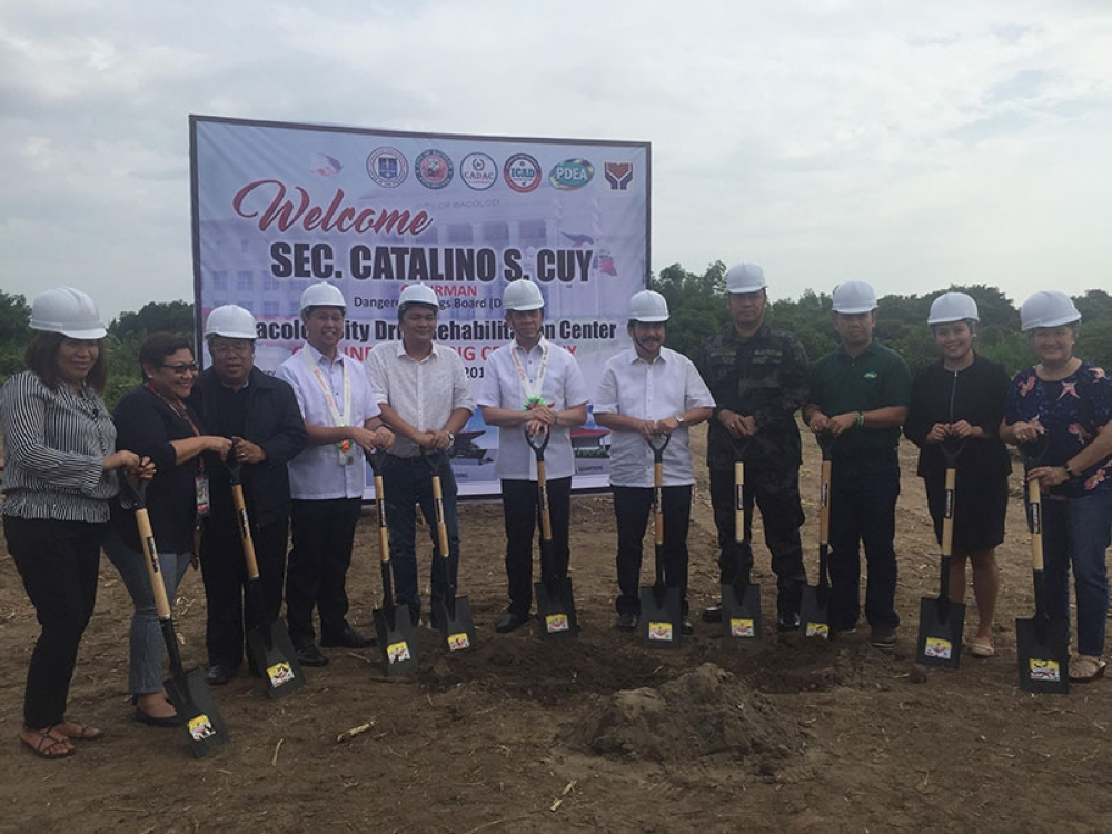 BACOLOD. Dangerous Drugs Board chairman Catalino Cuy (center), and Bacolod City Mayor Evelio Leonardia (5th from right), along with other government officials, led the groundbreaking rites for the P35-million Drug Treatment and Rehabilitation Center at the City Agriculture Office's Demo Farm in Barangay Alijis on Friday. (Merlinda Pedrosa)