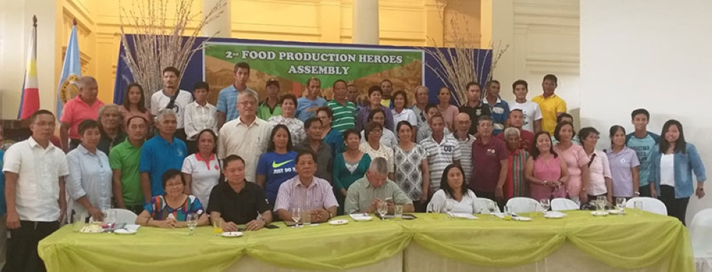 BACOLOD. Provincial Agriculturist Japhet Masculino (seated, 2nd from left) with DA Western Visayas Regional Field Office Supervising Agriculturist Manuel Olanday (seated, center) and the recipients of the 2nd Food Production Heroes awards in rites held at the Provincial Capitol Social Hall in Bacolod City on Friday, August 17. (Erwin Nicavera)